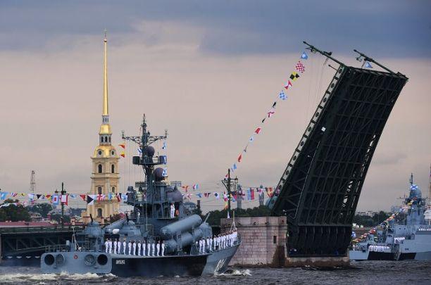 Почти 50 кораблей и подлодок пройдут в военно-морском параде в Петербурге