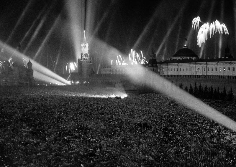 Салют Победы на Красной площади 9 мая 1945 года